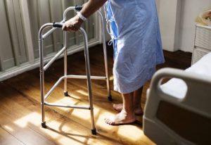 une senior qui a des problèmes d'équilibres a cause de l'atrophie systémique multiple