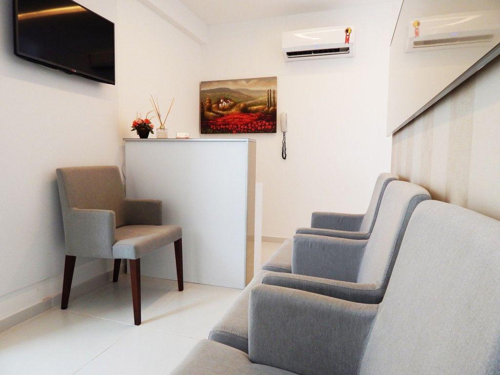 une salle d'attente d'un médecin avec une télévision pour afficher des vidéos