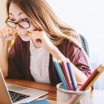 Une femme stressé devant son ordinateur au travail