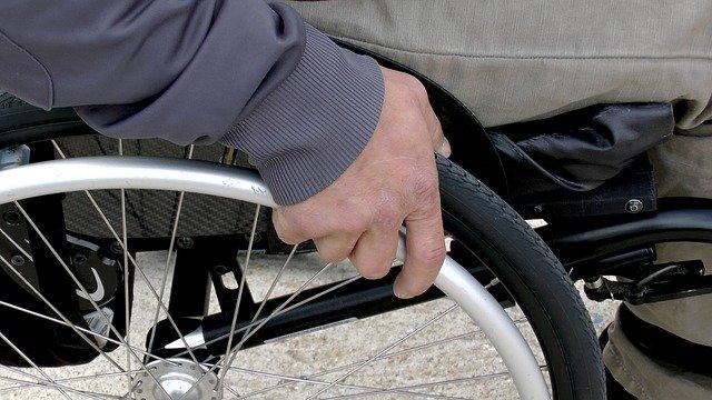 Une personne à mobilité réduite dans un fauteuil roulant