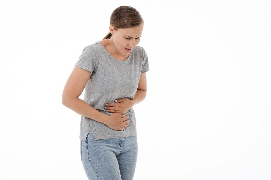 une femme qui a des douleurs au ventre en raison d'une accumulation de gaz dans l'estomac