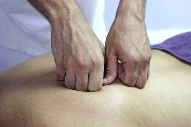 un praticien qui fait une ostéopathie de la peau