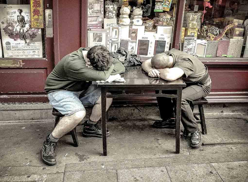 deux personnes fatigués qui dorment sur une table