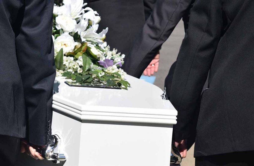 un cercueil lors d'un enterrement